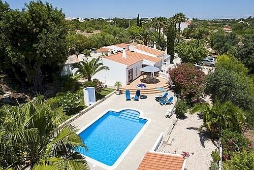 Ein Luftaufnahme von unserem Pool und die Villa.