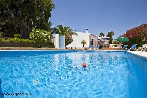 Ein Bild von der Pool und auf der Hintergrund Vila Maria.