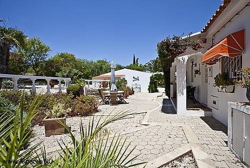 Die Rückseite der Vila Maria mit Terrasse und Garten.
