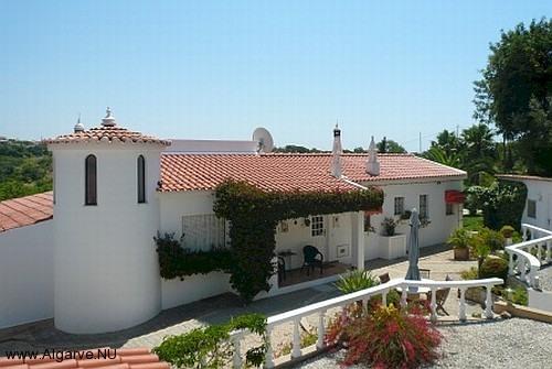 Die Rückseite der Villa mit Terrasse.