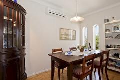 Der Esstisch und Stühlen, wo man zusammen essen kann.
