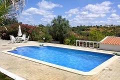 Ein Bild von der Pool in voller Länge.