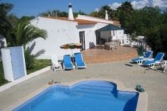 Der Swimming-Pool, Liegestühle und Sonnenschirm für Entspannung.