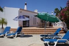 Die Terrasse mit Sonnenschirmen, Stühlen und Liegestühlen.