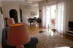 Das Wohnzimmer und der Esstisch mit Stühlen in den Hintergrund.