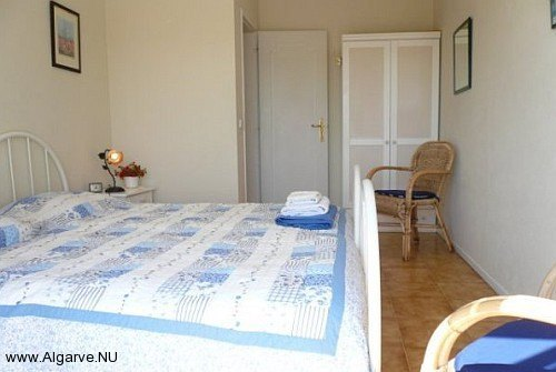 Das zweite Schlafzimmer hat zwei Einzelbetten nebeneinander.