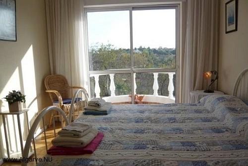 Zwei Einzelbetten nebeneinander im zweiten Schlafzimmer.