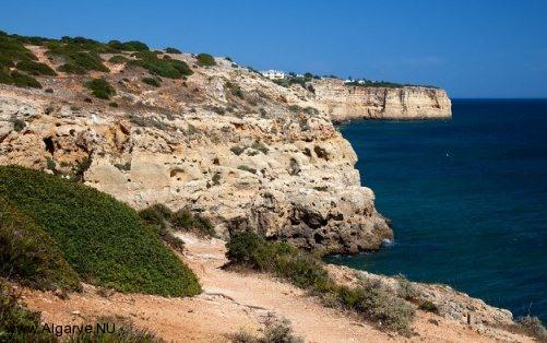 Die Algarve Küste mit schönen Felsformationen und Stränden.