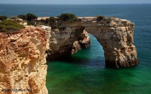 Diese schöne Felsformationen sehen Sie überall an der Algarve Küste.