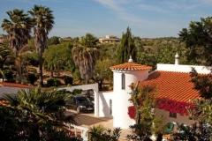 Die Algarve hat viel Grün, wie in diesem Foto draußen bei der Villa.
