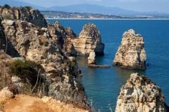 Felsformationen mit schönen Stränden gibt es überall an der Algarve Küste.