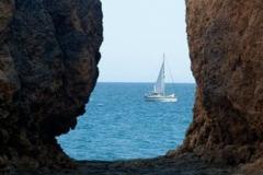 Mit einem Segelboot entlang der Küste der Algarve um zu genießen von allem.